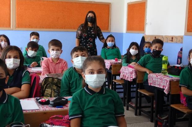 Klipli aşı çağrısı yapan minik öğrenciler yeniden okula kavuştu Okula ve arkadaşlarına kavuşan öğrencilerden aşı olanlara teşekkür