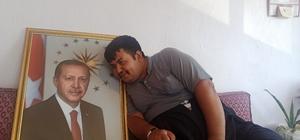 """Kahramanmaraşlı gencin Cumhurbaşkanı Erdoğan sevgisi Cumhurbaşkanı Erdoğan'ın fotoğrafını elinden düşürmeyen epilepsi hastası Şuayip Çiçek,  """"Çok seviyorum. Onu görmeyi çok istiyorum"""" dedi"""
