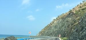 Yağmur sonrası kayalar Samandağ-Arsuz yoluna düştü Karayolu ekipler tarafından temizlendikten sonra yeniden ulaşıma açıldı