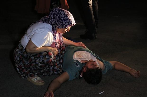 Sopayla dövdükleri kişiyi defalarca bıçaklayıp arabasının lastiklerini patlatıp kaçtılar Ambulans gelene kadar yerde yatan yaralı kardeşinin baş ucunda bekledi