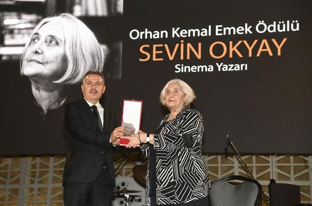 """""""Orhan Kemal Emek Ödülleri"""" sahiplerini buldu 28. Uluslararası Adana Altın Koza Film Festivali açılış gecesinde """"Orhan Kemal Emek Ödülleri'' Sinema Yazarı Sevin Okyay ve Görüntü Yönetmeni Ertunç Şenkay'a verildi"""