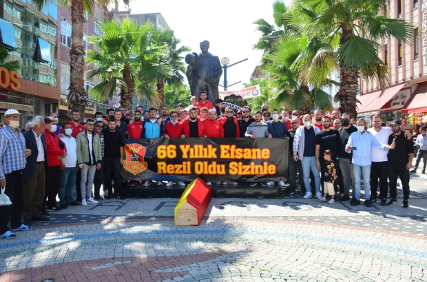 Başkan bulamayınca taraftarlar kulübün cenazesini kaldırdı Karasuspor taraftarından tabutlu protesto