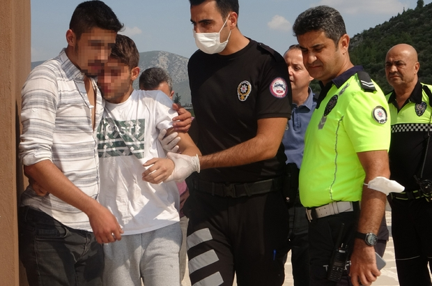 Ailesinin terk ettiği genci arkadaşı intihardan kurtardı Adana'nın Kozan ilçesinde ailesi tarafından terk edildiği için atlamak için 10 katlı apartmanın çatısına çıkan genci arkadaşı ile polisler ikna etti