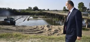 """Tunca Nehrinde tavan kumu temizlenip, nehir yatağı genişletiliyor Tunca Nehrinde kuraklık sebebiyle oluşan kum adacıkları temizleniyor DSİ 11. Bölge Müdürü Erdinç Kuran: """"Nehirdeki kumları temizleyerek akışı rahatlatmak istiyoruz"""""""