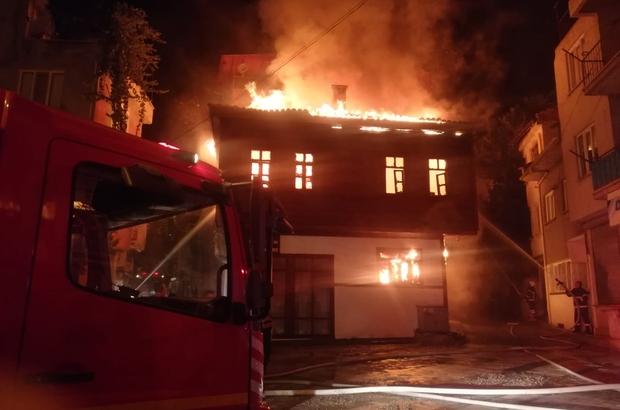 2 katlı tarihi ahşap konak alev alev yandı İtfaiye yangını kontrol altına almaya çalışıyor Gecenin karanlığını ahşap konakta çıkan yangındaki alevler aydınlattı