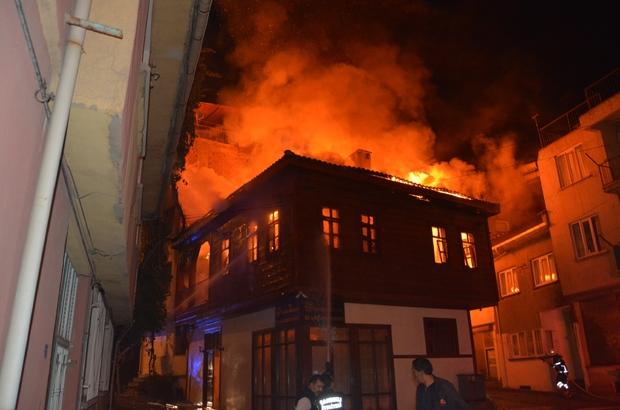 Tarihi ahşap konaktaki yangın 4 saatin sonunda söndürüldü 2 katlı tarihi ahşap konak alev alev yandı Yangın çıkan konağın yanı başındaki evlerde korona karantinasında olanlar geçici süreliğine otele yerleştirildi