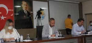 """Adana Büyükşehir Belediyesi'nde """"kreş arazisi"""" tartışması AK Parti Grup Başkan Vekili Ozan Gülaçtı: """"Kozan'da yaklaşık 3 ay önce büyük bir açılışın yapıldı. Öyle bir açılıştı ki, belki kreşin temelinden daha pahalıya, kreşin kendisinden daha pahalıya mal olan bir açılıştı. Ama şimdi görüyoruz ki bu alanın daha imar planı bile yapılmamış"""" Kozan Belediye Başkanı Kazım Özgan: """"Şuan da o konu tasfiye konusunda görüştük uzlaşmamızı istediler. Biz de Büyükşehirle uzlaştık şu anda o süreç devam ediyor. Birinci kısım ifraz bitti bir ifraz daha devam ediyor. Ondan sonra tasfiye konusunda problem çözülecek"""""""