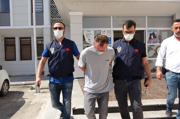Arkadaşını öldürdü, gözyaşları içinde adliyeye gitti Mersin'de alacak verecek yüzünden çıkan kavgada evde arkadaşını öldüren şüpheli tutuklandı Emniyet çıkışı gazetecilerin sorularını yanıtsız bırakan şahıs, ağlayarak polis arabasına bindi