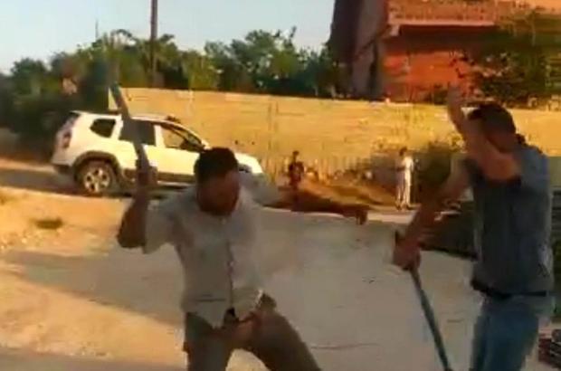 Çocuk kavgası büyüklerin kavgasına dönüştü Sopalarla acımasızca birbirlerine vurdular Eşinin darp edilmesini cep telefonuyla kaydetti