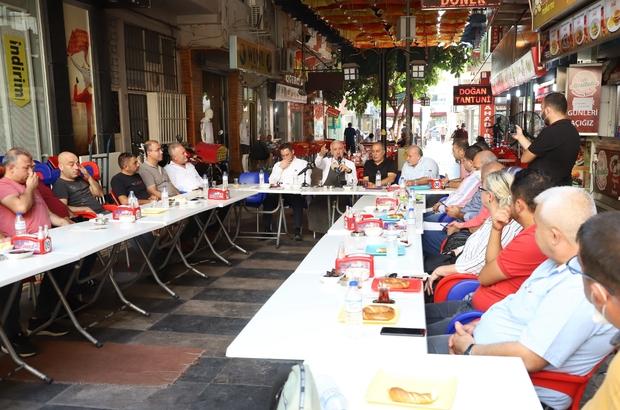 """Gültak: """"Çarşı esnafımızı görmezden gelemeyiz"""" Akdeniz Belediye Başkanı Mustafa Gültak, çarşı esnafını ziyaret ederek, başta kent merkezinin yenilenmesi ve parkomat uygulaması olmak üzere çeşitli konular hakkındaki talep ve şikayetlerini dinledi"""