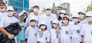 Başkan Akay öğrencilerle çöp topladı