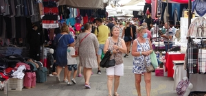 Manavgat'ta yağan yağmur esnafa yaradı, turistler pazara akın etti Otellerinden çıkmayan turistler, çarşıya inince esnafın yüzü güldü