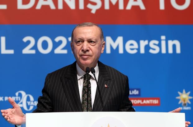 """Cumhurbaşkanı Erdoğan: """"En temel belediye hizmetlerini yerine getiremeyen bir beceriksizlikle karşı karşıyayız"""" Cumhurbaşkanı ve AK Parti Genel Başkanı Recep Tayyip Erdoğan, AK Parti Mersin Genişletilmiş İl Danışma Toplantısı'nda konuştu """"Muhalefetin nasıl bir Türkiye hayali kurduğunu hepimiz gördük. Seçim öncesinde bol keseden dağıttıkları ne kadar vaat varsa hepsinin altında ezildiler. Seçim meydanlarında millete verdikleri sözlerin hiçbirini hayata geçiremediler"""" """"Cumhur İttifakı olarak 2023'te yeniden güven tazeleyerek millete hizmet yolculuğumuzu devam ettirmek istiyoruz. Bunun için şimdiden planlı, programlı, aktif bir şekilde çalışmaya başlamalı, önümüzdeki süreyi en iyi şekilde değerlendirmeliyiz"""""""