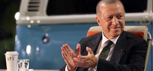 Cumhurbaşkanı Erdoğan, Mersin'de gençlere şarkı söyledi Mersin'de toplu açılış törenine katılan Cumhurbaşkanı Recep Erdoğan, akşam gençlerle de buluştu 'Bana her şey seni hatırlatıyor' şarkısı söyleyen Erdoğan, büyük beğeni aldı