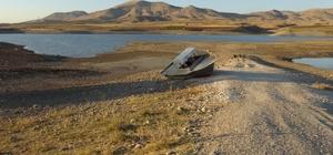 Kırkat Göleti'nde su seviyesi azaldı, suyun ortasında bulunan tekne karaya oturdu