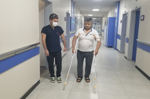 19 yılda aynı bölgeden 53 ameliyat oldu Geçirdiği kazanın ardından 19 yıl sonra ayağa kalktı Kayseri'de sıva ustası olarak çalışırken 20 metreden aşağıya düşen işçi 19 yılda aynı bölgeden geçirdiği 53'üncü ameliyatın ardından sağlığına kavuştu Ameliyatı için Kayseri'den Manisa'ya gelen ve 19 yıldır çektiği acıların tarifi olmadığını kaydeden Feyyaz Delice isimli işçi yeniden ayağa kalkıp yürüdü