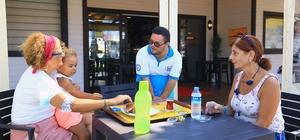 """Muğla'nın en güler yüzlü kafesi Muğla Büyükşehir Belediyesinin hayata geçirdiği """"Sen de Gel Down Kafe"""" projesi ile Down sendromlu ve engelli gençler istihdam edilerek sosyal ve ekonomik hayatlarını daha kolay sürdürebilmeleri sağlanıyor."""