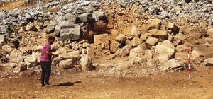 Gizemli Kent 'Thera'da kazılar sürüyor İlk defa kazı çalışması başlatılan Ula ve Menteşe ilçeleri sınırındaki Thera Antik kentinde temizlik çalışmaları sürürken, kazı çalışmalarında antik tiyatro üzerinde yoğunlaşıldı.