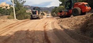 Muğla'nın yollarında asfalt çalışmaları sürüyor Muğla genelinde Büyükşehir Belediyesinin sorumluluk alanında bulunan yollarda asfaltlama, bakım, onarım, bariyer, oto korkuluk, yol çizgi gibi çalışmaları sürüyor.