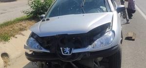 Düşürdüğü maske yüzünden kaza yaptı Araç içinde düşen maskesini almak istedi, yol kenarındaki bariyerlere çarptı