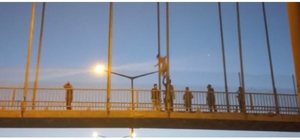 17 yaşındaki genç sevgilisi terk ettiği için otoyol köprüsünden atladı Genç, itfaiye ekibinin açtığı hava yastığına düşerek ölmekten kurtuldu