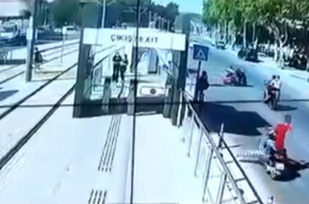 Okul dönüşü kahreden kazanın görüntüleri ortaya çıktı Anneyi ölüme götüren elektrikli bisikletle motosikletin çarpıştığı kaza kamerada Feci kaza sonrası anne kaldırıldığı hastanede hayatını kaybetti