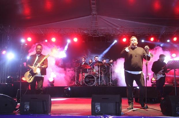 Kula'da Gece Yolcuları rüzgarı Gece Yolcuları grubunun solisti Uğur Aslantürk'e doğum günü sürprizi