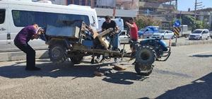 Minibüs ile tarım aracı çarpıştı: 3 yaralı
