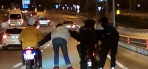 Antalya'da trafikte 'pes' dedirten tehlike dolu anlar Patenli gençlerin yaptığı hareketler yürekleri ağza getirdi Onlarca aracın arasında bir motosikletten diğerine tutundular
