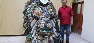 Elektronik atıklardan aslan figürlü devasa yüzük Mozaik ve heykel sanatçısı Mervan Altınok, bir takı firmasının siparişi üzerine elektronik atıklardan 300 kilo ağırlığında aslan figürlü yüzük heykeli yaptı