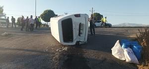 Kamyonetin arkadan çarptığı midibüs takla attı: 1 yaralı