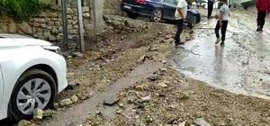 Hatay'da yollar çöktü, araçlar çukura düştü Sabah saatlerindeki yağışlar Samandağ ilçesinde etkili oldu