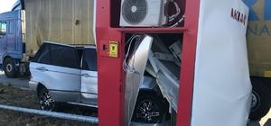 Kontrolden çıkan otomobil, ATM'ye ok gibi saplandı