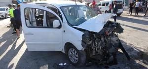 Adana'da iki hafif ticari araç kafa kafaya çarpıştı: 13 yaralı Kaza anı bir iş yerinin güvenlik kamerasına yansıdı