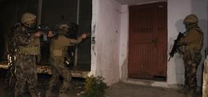 """Adana'da """"Cono Aşiretine"""" operasyon: Çok sayıda gözaltı var Adana'da """"Cono Aşireti"""" olarak bilinen gruba şafak vakti özel harekat polislerinin de desteği ile operasyon yapıldı"""