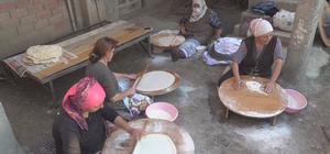 Amasyalı köylü kadınlar kışlık ekmeklerini imece usulü ile yapıyorlar