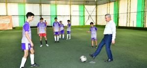 Futbol turnuvasının başlama vuruşunu Başkan Çınar yaptı Yeşilyurt Belediye Başkanı Mehmet Çınar: ''Sağlıklı nesillerin yetişmesi için faaliyetlerimizi artırdık''