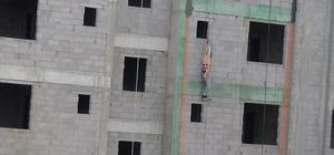 Yaşamla ölüm arasında asılı kaldı 10 katlı bir site inşaatından düşen işçi, emniyet halatı sayesinde hayatta kaldı İnşaatta asılı kalan işçiyi diğer işçiler kurtardı