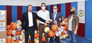Okullara spor malzemesi desteği Yüreğir Belediyesi, ilçede bulunan tüm ortaokul ve liselere spor malzemesi desteğinde bulundu.