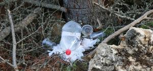 4 hektarlık alanın kül olduğu ormanda pet, cam şişe ve poşet atıkları Yer ekiplerinin bile ulaşmakta güçlük çektiği alandaki plastik ve cam atıklar pes dedirtti