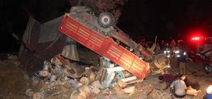 Freni boşalarak şarampole devrilen kamyon ağaçta asılı kaldı: 2 yaralı Tepe üstü dikilen kamyonun altında kalan yaralı, kamyon vinçle kaldırılarak kurtarılabildi
