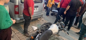 """Motosiklet sürücüsü ticari araca duvara çarpar gibi çarptı, araç sahibinin tavırları vatandaşları kızdırdı Araç sahibinin """"Bırakın gebersin"""" dediği ileri sürüldü, vatandaşlarla arasında tartışma yaşandı Park halindeki ticari araca arkadan çarpan motosiklet sürücüsü ölümden döndü"""