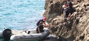 Falezlerden düşen kişiye, denizden botlu kurtarma 40 metre yüksekliğindeki falezlerden düşen trans birey, deniz polisi, sağlık ve itfaiye ekiplerinin 1 saatlik çalışmasıyla kurtarıldı Karadan müdahale edilemeyen yaralının olduğu yere, itfaiye ve sağlık ekipleri botla getirildi